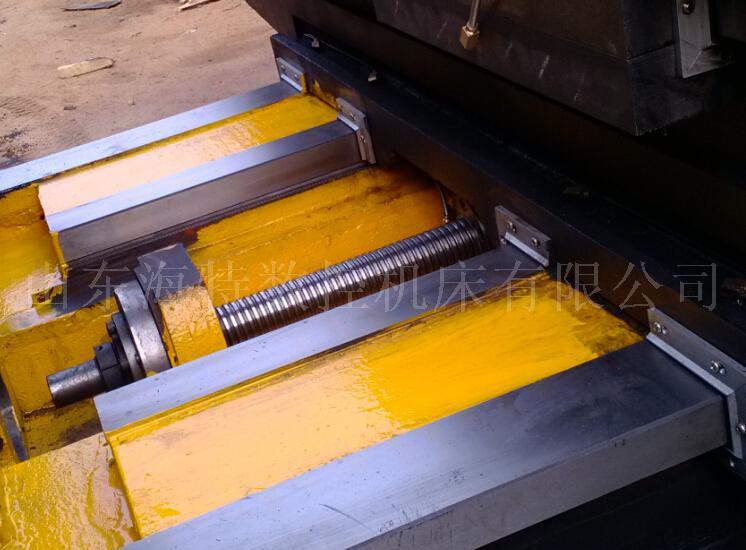 数控铣.加工中心、龙门加工中心常见故障 机械故障: 数控铣、加工中心、常见的机械故障有:主轴部分、丝杠部分、轴承部分、刀库部分、打刀部分、导轨部分、润滑部分、冷却部分、、气动部分 内防护部分等。 1.主轴因安装误差造成不同轴、因客户使用环境等原因引起的机械皮带、 引起哨声震动。 2)因导轨、运动部件的干涉、摩擦过大等原因引起的定位精度故障; 3)因机械零件的损坏、联结不良等原因引起的机床精度故障, 润滑不良、液压、气动系统的管路堵塞和密封不良,是主机发生故障的常见原因。数控机床的定期维护、保养、控制,和